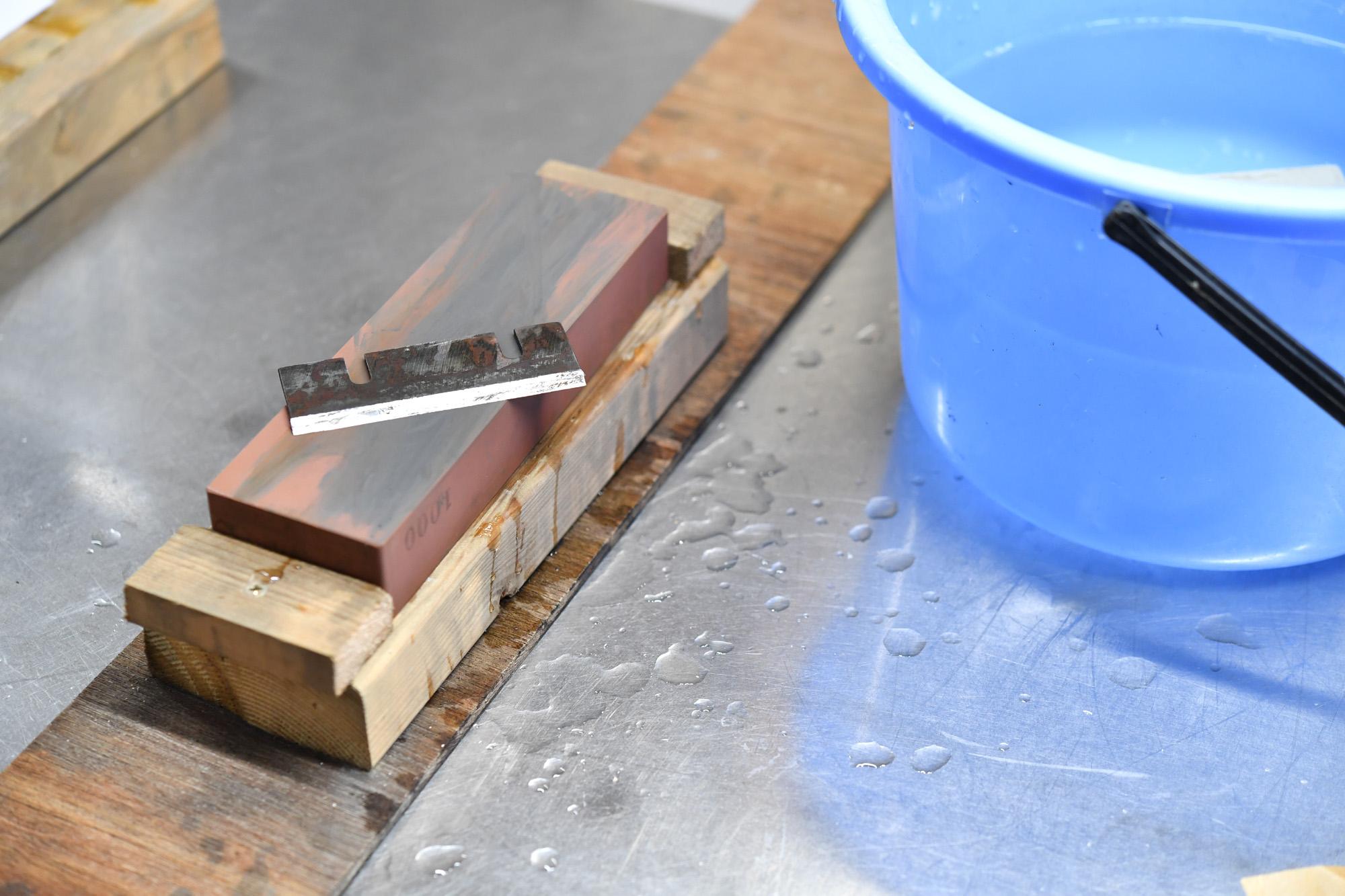 業務用かき氷機の刃を研ぐ 研ぎ水に重曹