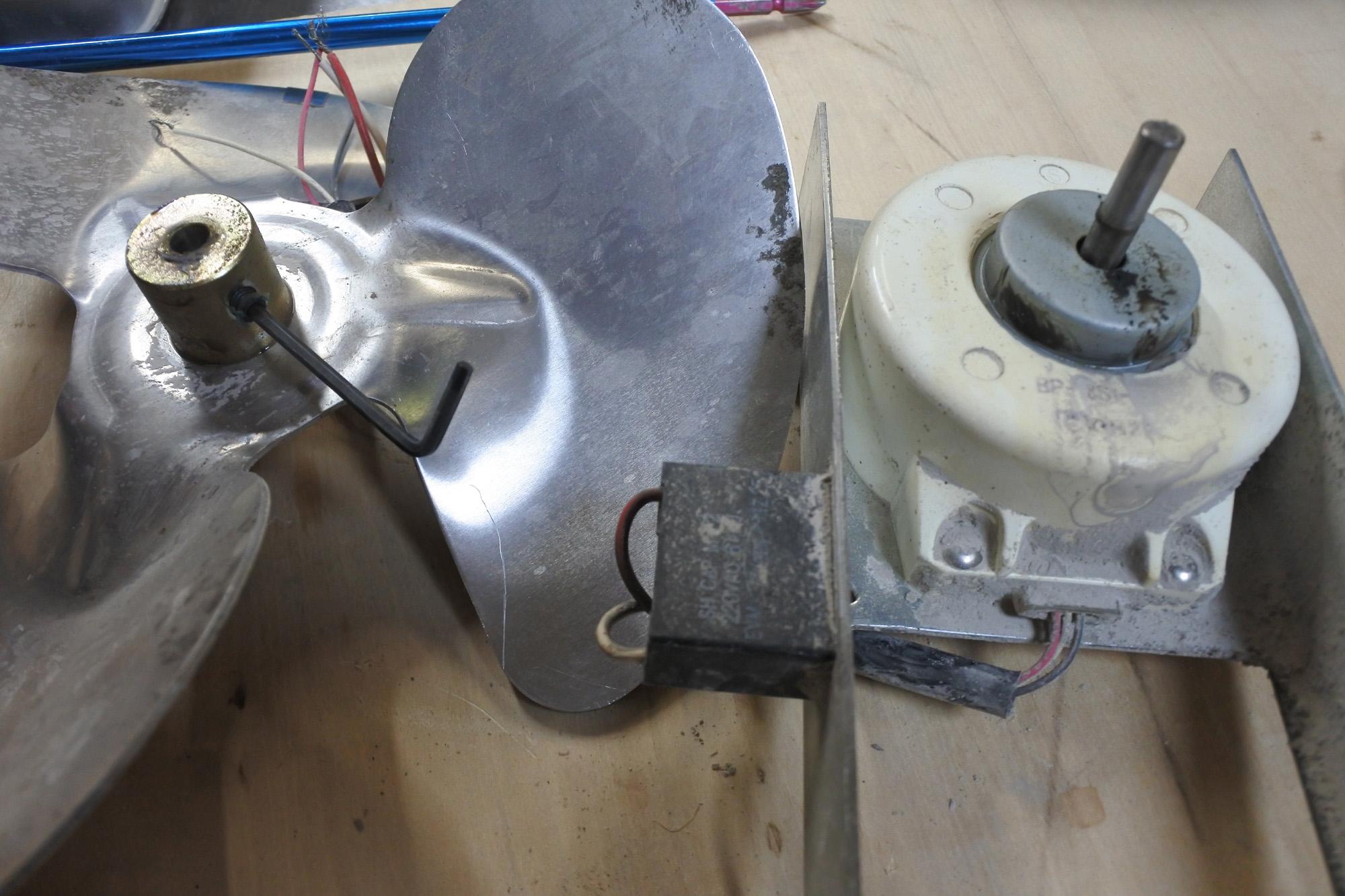 古いホシザキ業務用冷凍庫がうるさい! HF-150S3-ML形 ファンモーター ベアリング品番を確かめる。