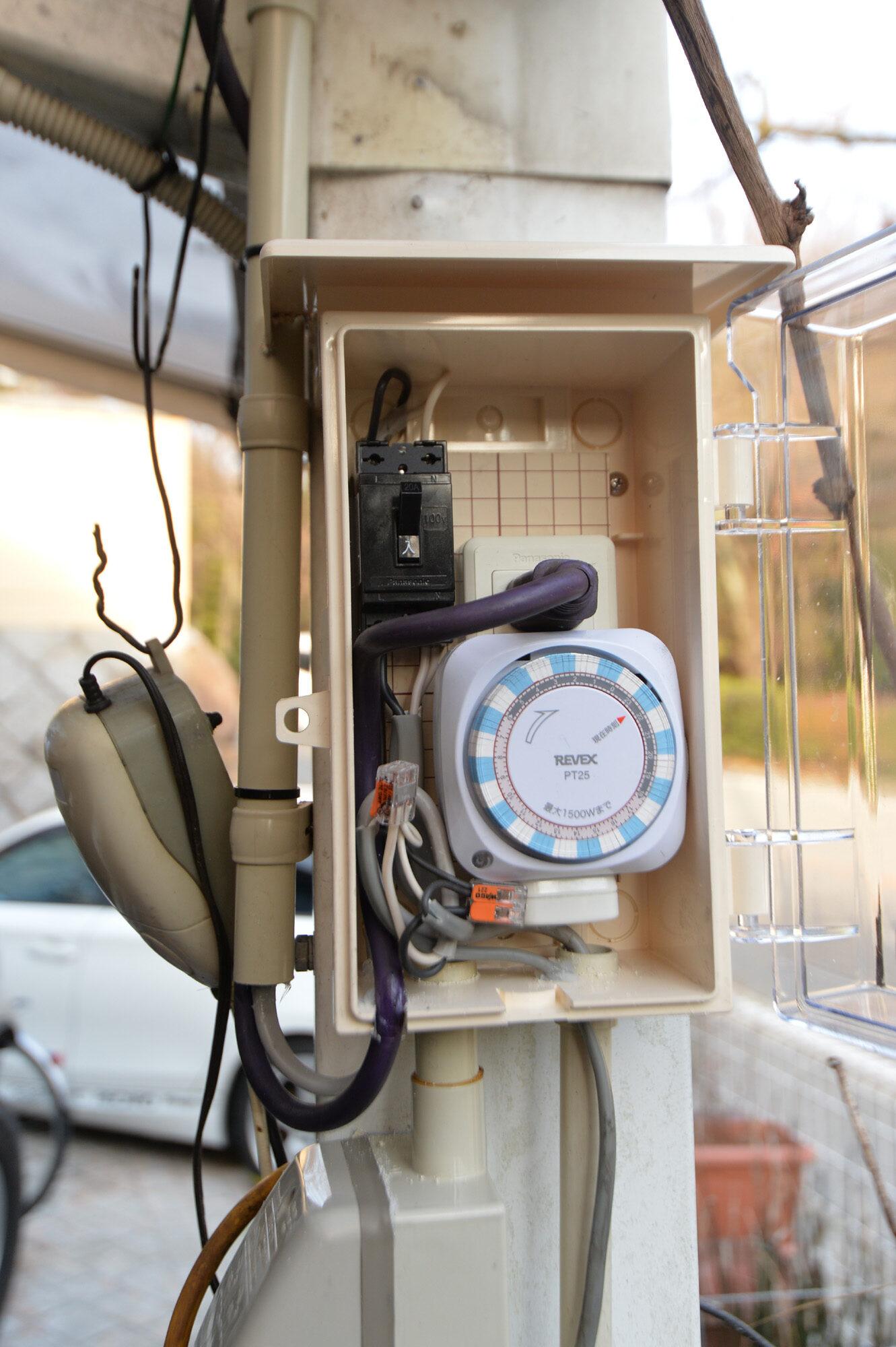 カーポート下のタコ足電源&タイマー電源を作り替えます。