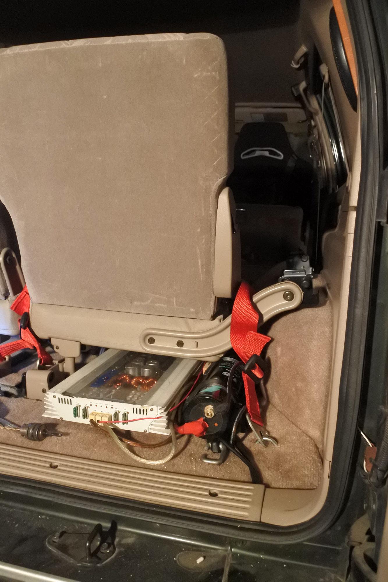 サードシートのシートベルト 2点シートベルト 取付 ビッグホーン