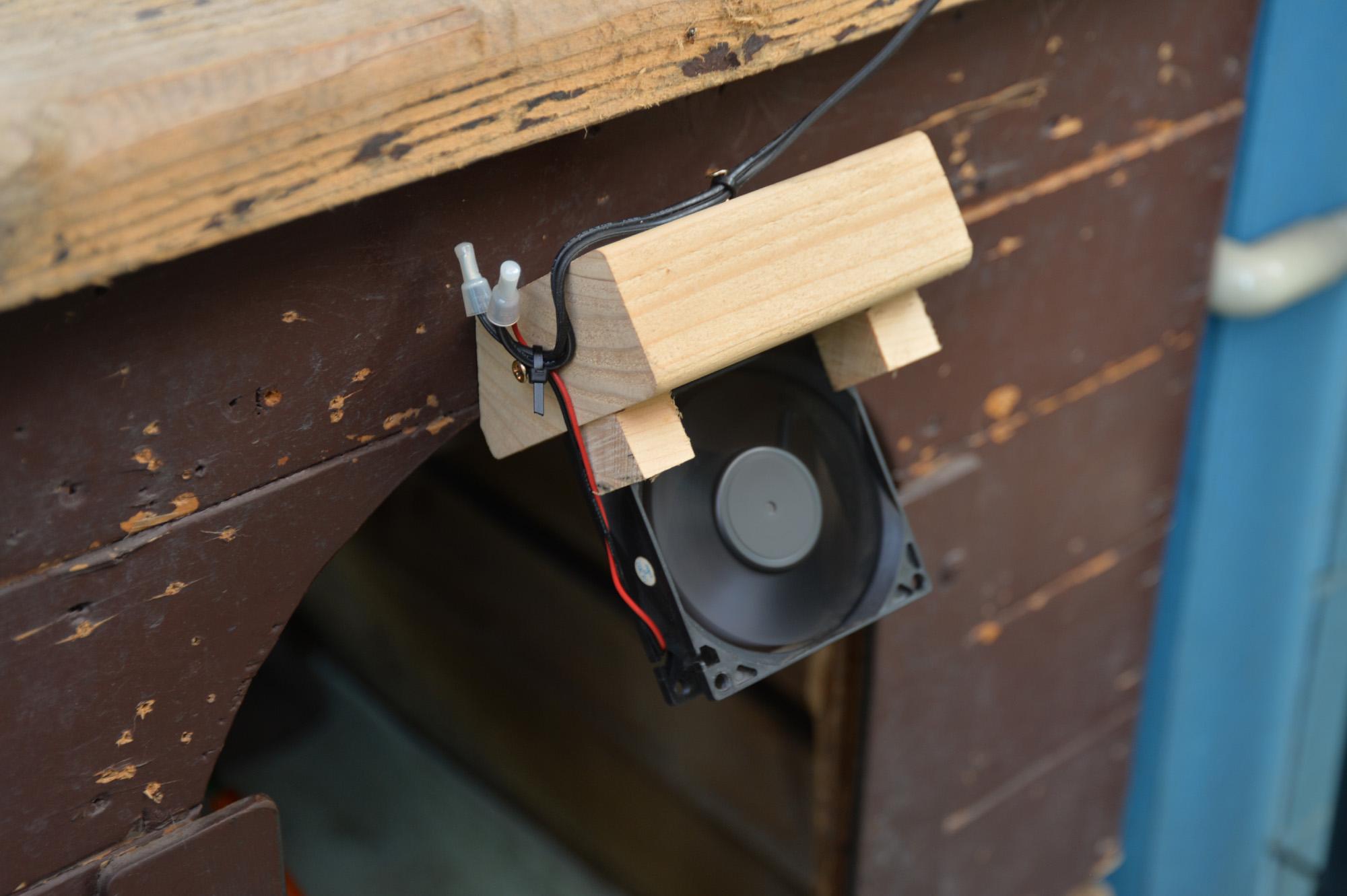 犬小屋に扇風機 DIY PCファン流用