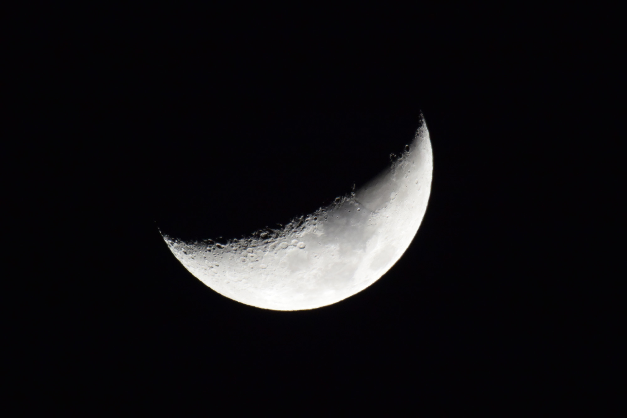 三日月 夕方雨が降ったので月でも撮って見ました。